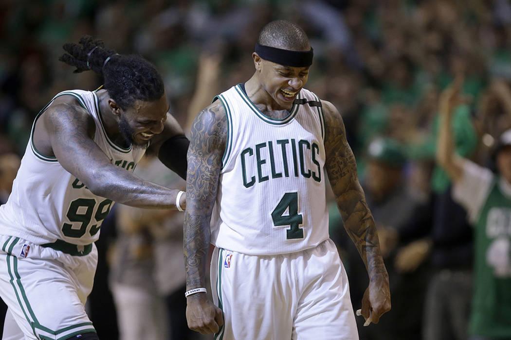 El guardia de Boston Celtics Isaiah Thomas (4) celebra su canasta con Jae Crowder, a la izquierda, durante el cuarto cuarto del juego 7 de una serie de playoffs de la segunda ronda de la NBA contr ...