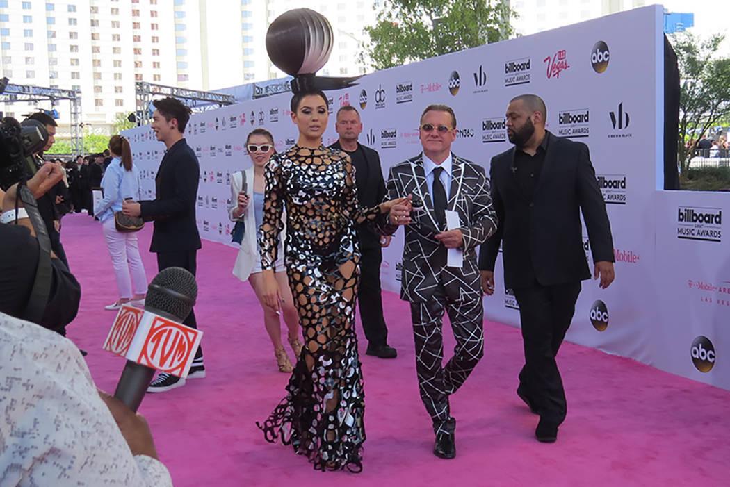 Singer Z acaparó la atención con su vestuario y extravagante peinado. Domingo 21 de mayo en el T-Mobile Arena. | Foto El Tiempo/Anthony Avellaneda.