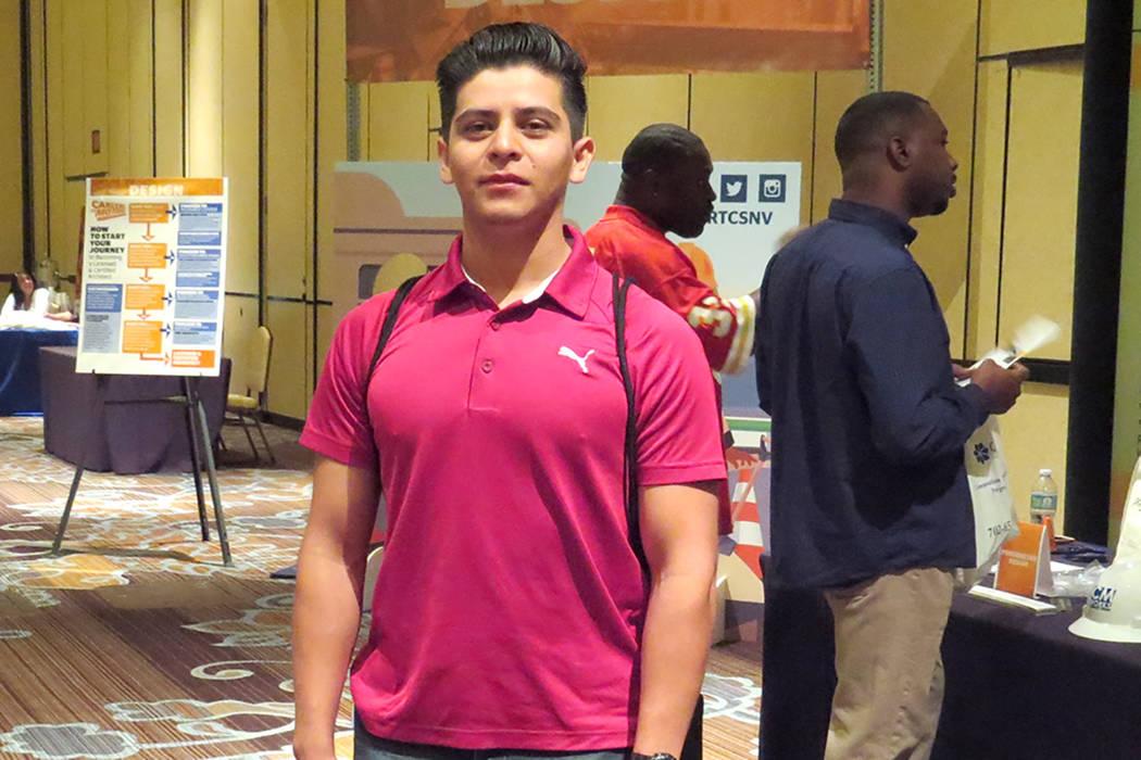 El estudiante de UNLV, Marcos Ortega, acudió al evento para informarse sobe opciones para realizar sus prácticas profesionales. Miércoles 17 de mayo en el hotel y casino Texas Station. | Foto E ...