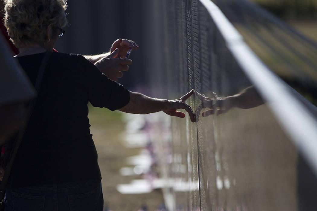 Réplica de la pared conmemorativa de los veteranos de Vietnam visitada por los veteranos americanos que rinden tributo en el parque regional Craig el viernes 19 de mayo de 2017 en la ciudad de No ...