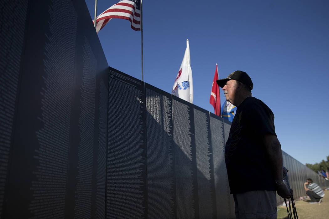 El veterano de la Armada de los Estados Unidos, George Schick, visita la réplica de la Muro de los Veteranos de Guerra de Vietnam, organizada por el Veterans Traveling Tribute en el Craig Ranch P ...