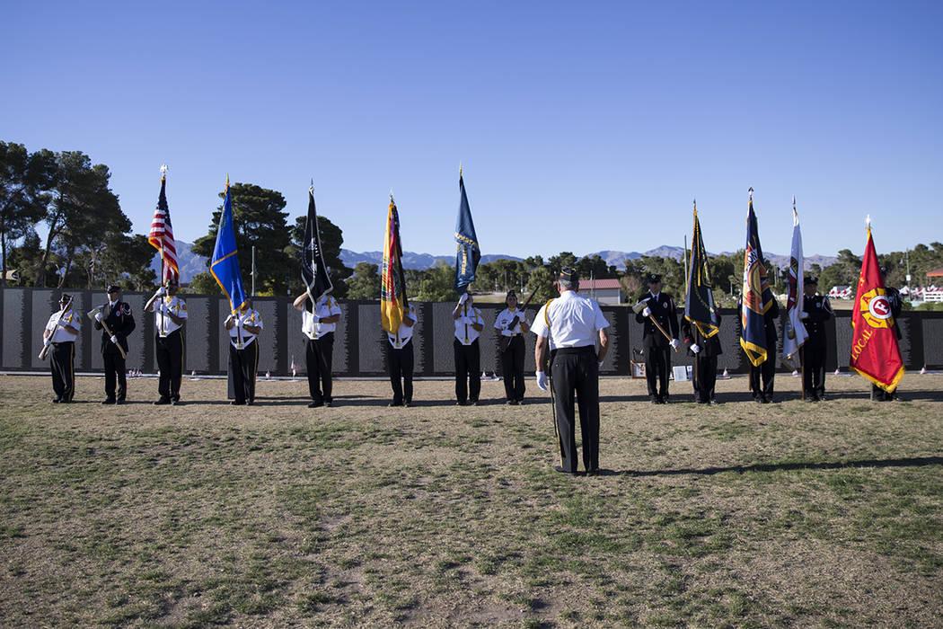 Un guardia de honor local durante la ceremonia de inauguración de la réplica de Vietnam Veterans Memorial Wall organizado por los Veteranos Americanos Travelling Tribute en Craig Ranch Park el v ...