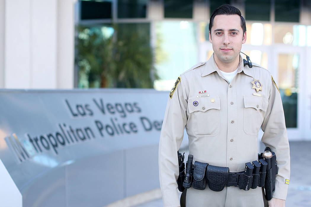 El Oficial Michael Rodríguez del Departamento de Policía Metropolitana de Las Vegas y el edificio LVMPD en Las Vegas, Nevada.   Foto cortesía LVMPD