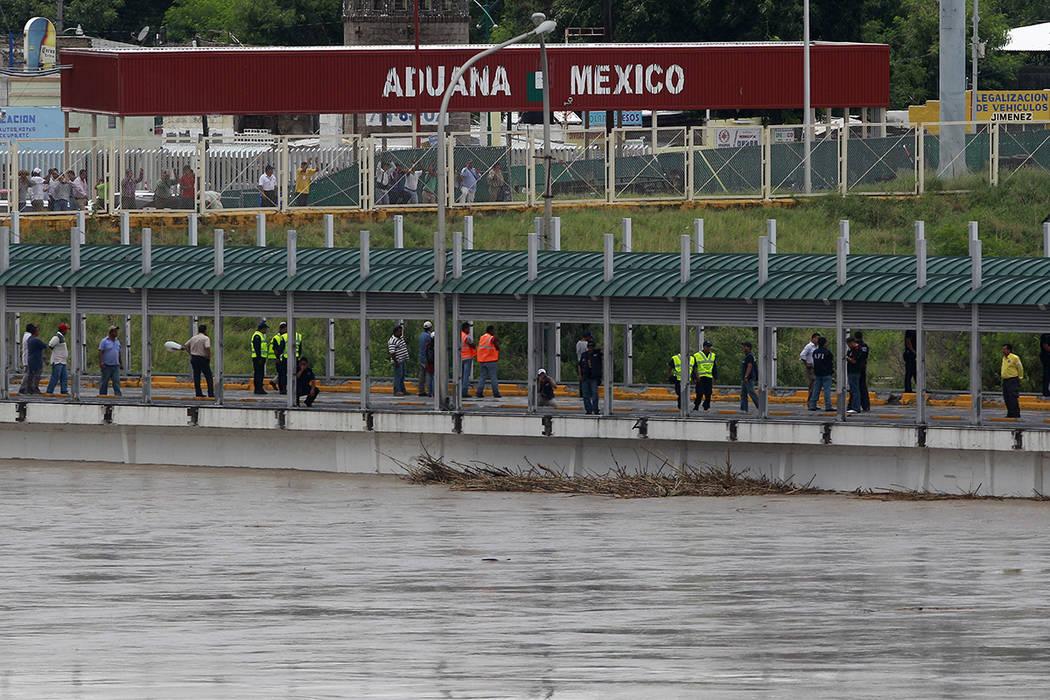 ARCHIVO- Las aguas del Río Grande continúan subiendo alrededor del Puente Internacional 1, el jueves 8 de julio de 2010, en Laredo, Texas. El río continúa aumentando debido a las recientes llu ...
