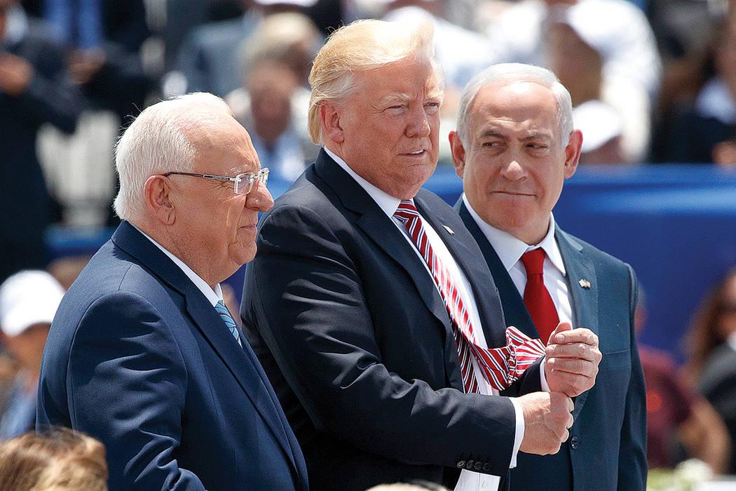 El presidente israelí, Reuven Rivlin, el presidente de los Estados Unidos, Donald Trump, y el primer ministro israelí, Benjamin Netanyahu, durante una ceremonia de llegada en honor a Trump, en e ...