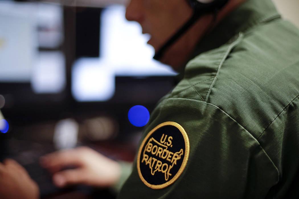 ARCHIVO- Se calcula que un 40% de las casi 11 millones de personas que viven en Estados Unidos sin permiso legal tienen visas vencidas.   AP Photo/Gregory Bull.
