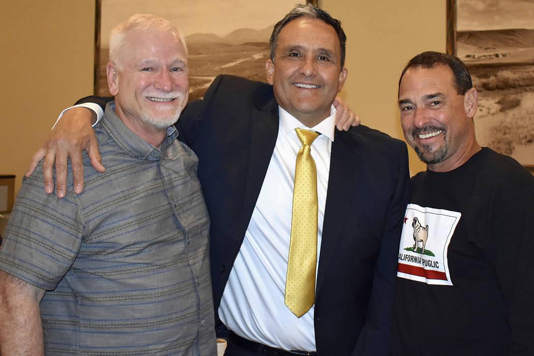 En esta foto del 1 de abril de 2017, proporcionada por Steve Duncan, investigadores jubilados de la ley, de izquierda, Brad Berg, Javier Salaiz y Steve Duncan posan para una fotografía en San Die ...