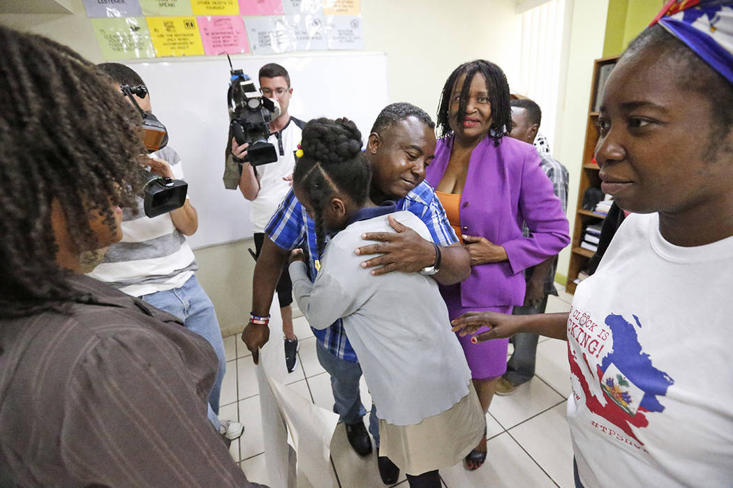 Pierrot Mervilier, en la parte trasera del centro, abraza a una chica que no quiso ser identificada, viviendo en Estados Unidos con TPS (Temporary Protected Status) después de que ella y su famil ...