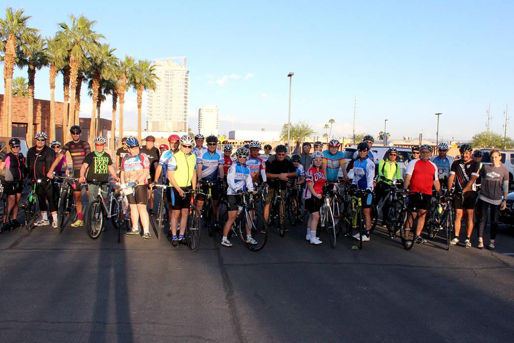 """Diversos grupos de ciclistas de Las Vegas, se reunieron para el """"Paseo en silencio"""" fuera de la Comisión Regional de Transportación del Sur de Nevada. Comisión Regional de Transportación d ..."""