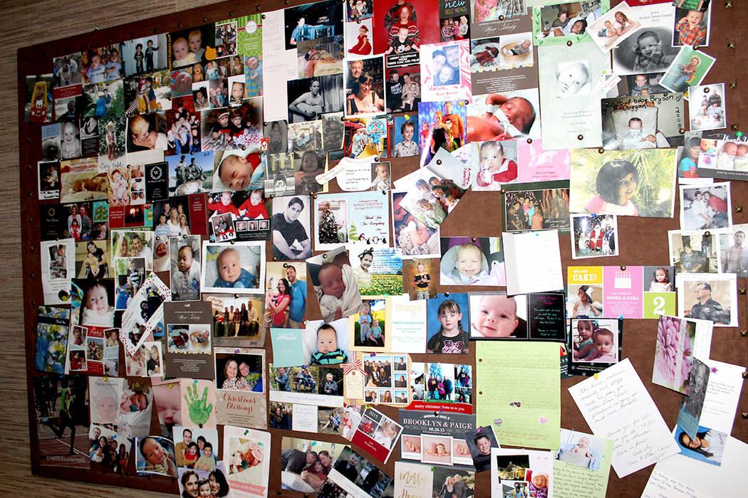 Luego de terminar los tratamientos médicos, las familias mandan fotos y recuerdos de cómo sigue el paciente en agradecimiento por alojarlos en Las Vegas.   Foto El Tiempo/Cristian De la Rosa.
