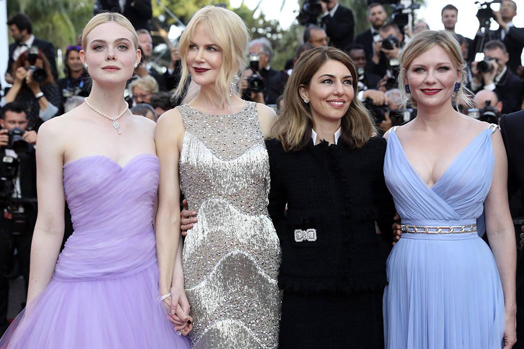 Las actrizes Elle Fanning de la izquierda, Nicole Kidman, la directora Sofia Coppola y la actriz Kirsten Dunst posan para los fotógrafos al llegar a la proyección de la película The Beguiled en ...