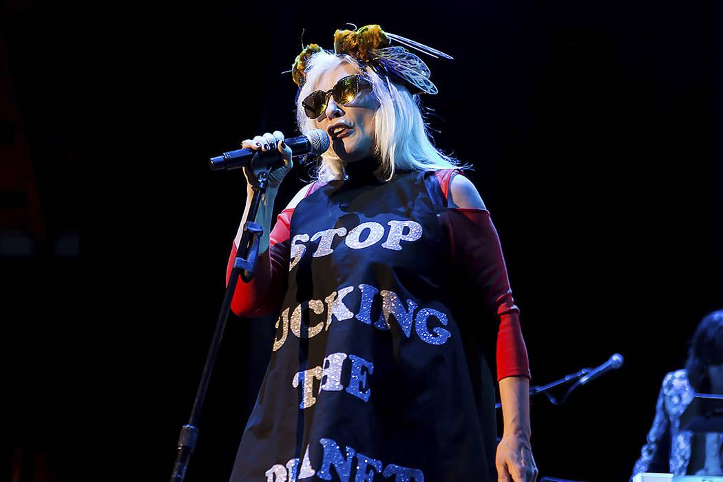 La cantante Debbie Harry se presenta con Blonde en The Roundhouse en el centro de Londres, el miércoles 3 de mayo de 2017. | Foto de Grant Pollard/Invision/AP