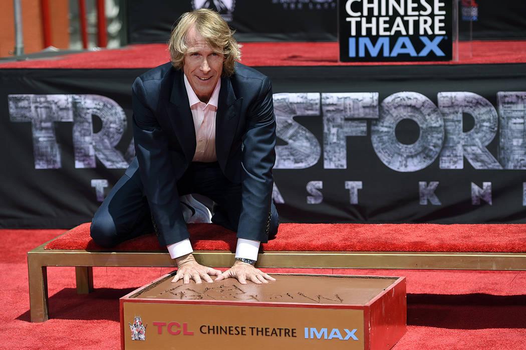 El director Michael Bay pone sus manos en cemento durante una ceremonia de mano y huella para él en el TCL Chinese Theatre el martes, 23 de mayo de 2017, en Los Ángeles. | Foto Chris Pizzello/In ...