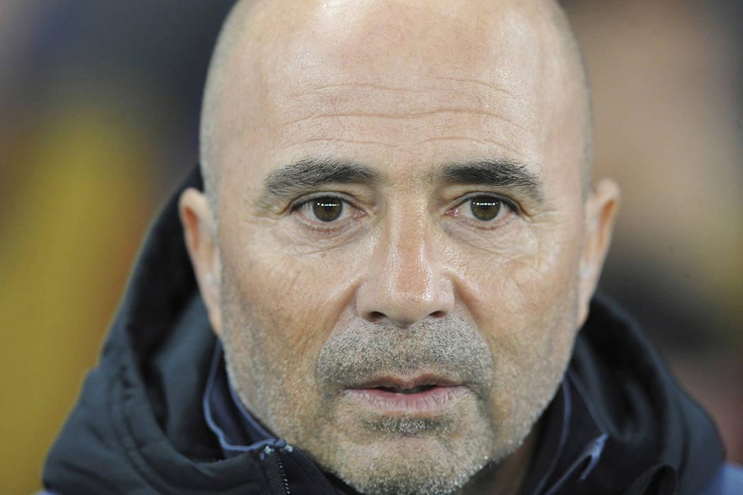 El entrenador en jefe del Sevilla, Jorge Sampaoli, por delante de la Liga de Campeones, 16ª ronda, segunda vuelta, partido de fútbol entre Leicester City y Sevilla en el King Power Stadium, Leic ...