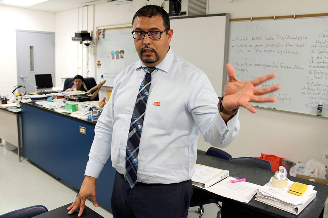 """""""Trabajo en Chaparral porque la mayoría de los alumnos son hispanos. Muchos de ellos no tienen un ejemplo positivo, y yo soy como ellos, mi historia es muy similar; fui criado por un matrimonio ..."""