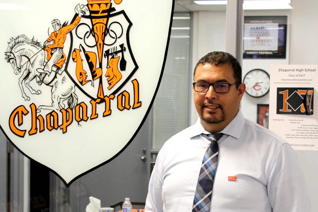 Sergio López el maestro de biología en la preparatoria Chaparral, es ejemplo para sus alumnos, ya que el también es inmigrante.   Foto El Tiempo/Cristian De la Rosa.