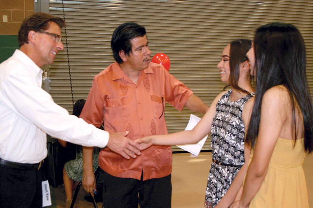 El doctor James Kuzma (izquierda), director de Rancho HS, saluda a las estudiantes y dirigentes de Hispanic Student Union, Jocelyn Vasquez y Susana Leos; al centro el maestro Isaac Barrón. | Foto ...
