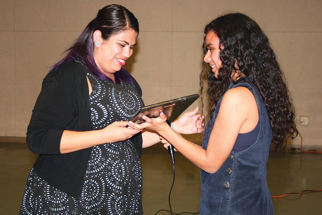 La activista Astrid Silva (izquierda) recibe un reconocimiento de HSU como Dreamer y líder de los derechos civiles. Lo entrega Johanna Melgar en el evento anual de los estudiantes hispanos de Ran ...