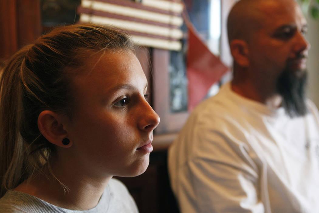 Kendra Jensen, de 14 años, habla con su padre Chad Jensen el lunes 1 de mayo de 2017 en su casa de Henderson.   Rachel Aston Las Vegas Review-Journal.