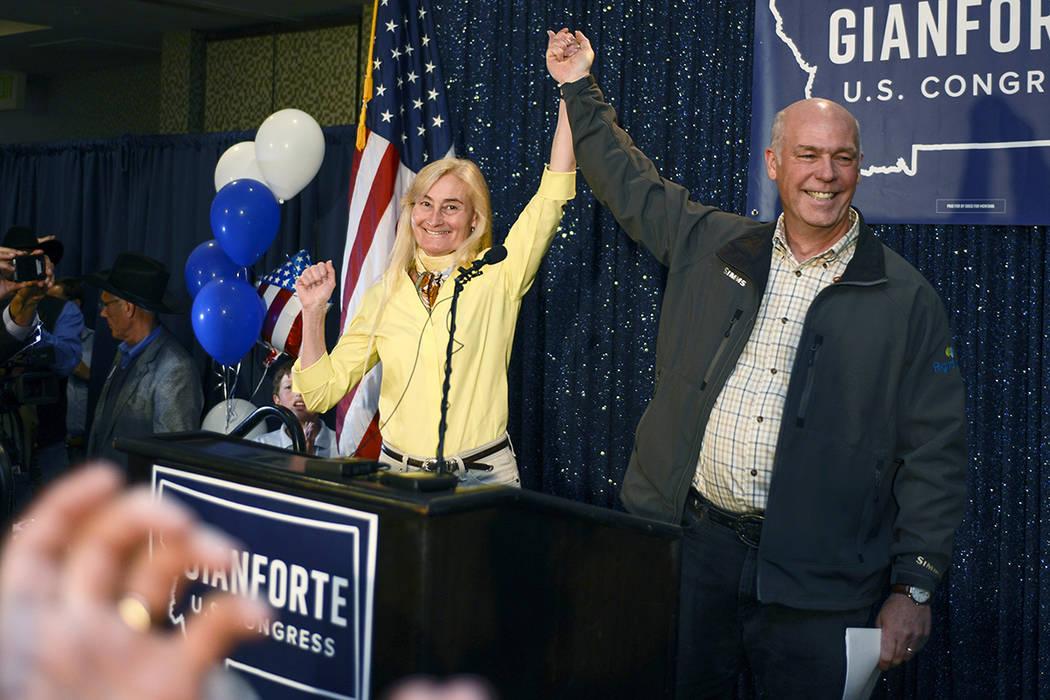 Greg Gianforte, a la derecha, y su esposa Susan, en el centro, celebran su victoria sobre Rob Quist por el asiento abierto al Congreso en el Hilton Garden Inn el jueves 25 de mayo de 2017 en Bozem ...