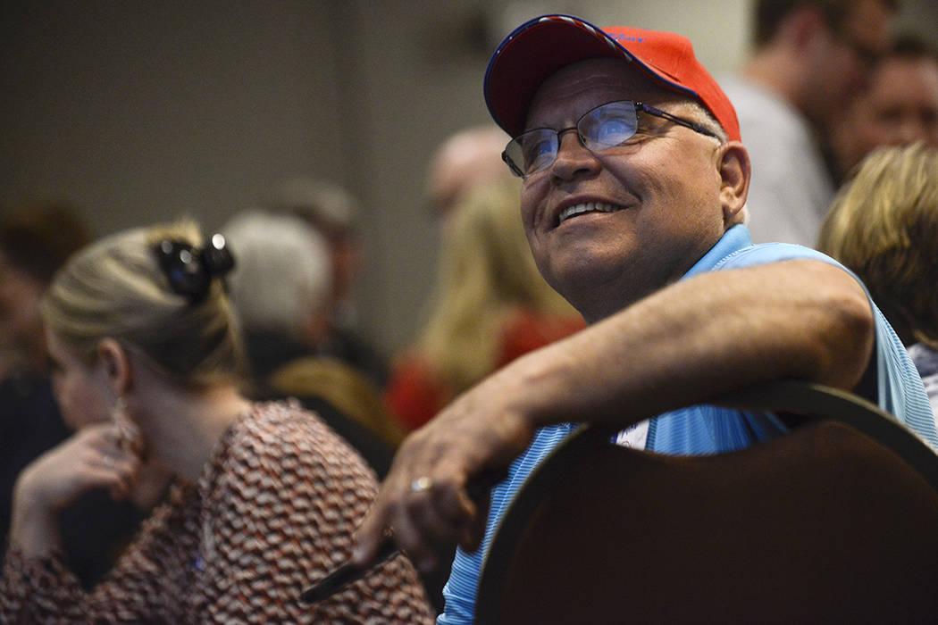 Los partidarios observan cómo el candidato republicano Greg Gianforte ganó la elección especial para el asiento abierto de la Cámara de Representantes de Montana, vacante por el secretario del ...