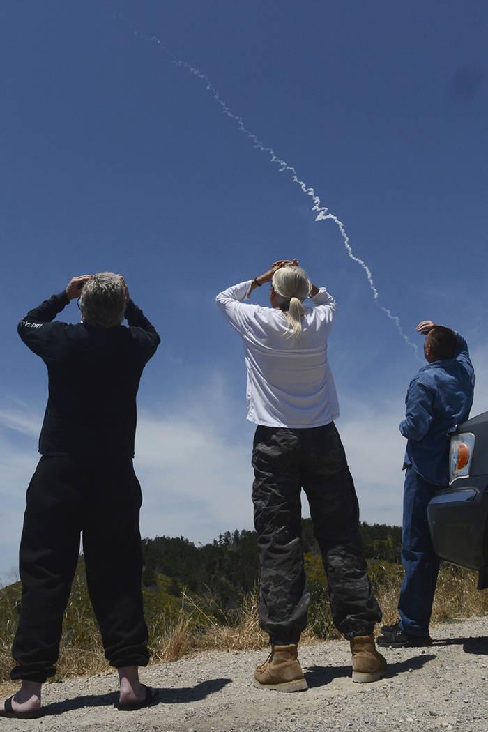 Desde Harris Grade Road, al norte de Lompoc, California, los espectadores observan un lanzamiento de misiles interceptores desde un silo subterráneo en la Base Aérea Vandenberg y vuelan hacia un ...