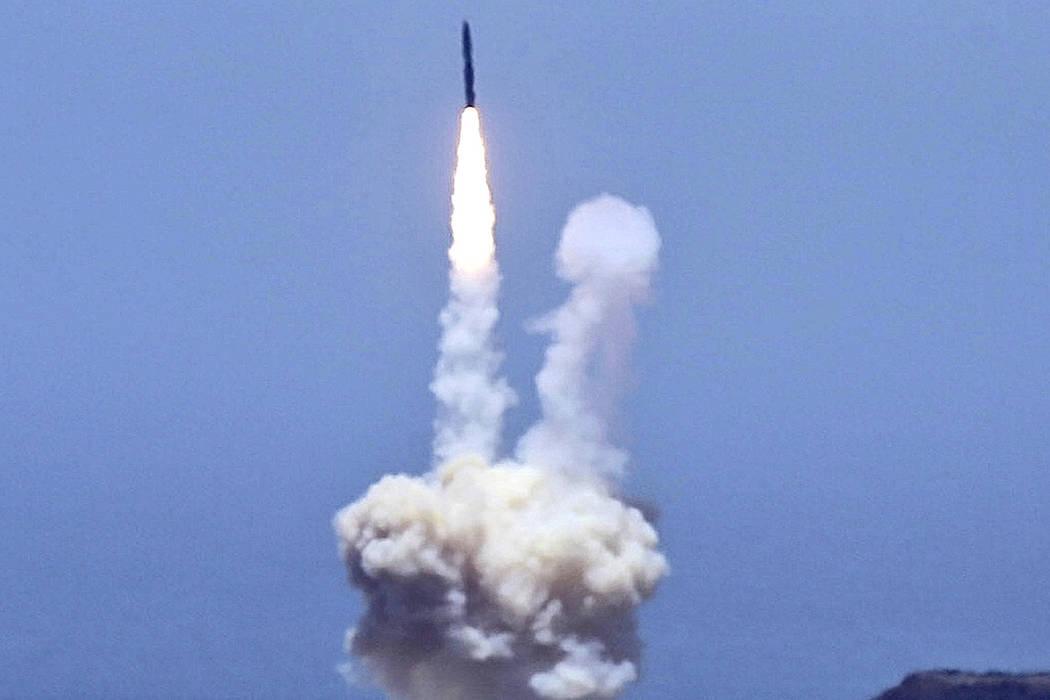 Un cohete diseñado para interceptar misiles balísticos intercontinentales es lanzado desde la Base de la Fuerza Aérea de Vandenberg en California el martes 30 de mayo de 2017. El Pentágono dic ...