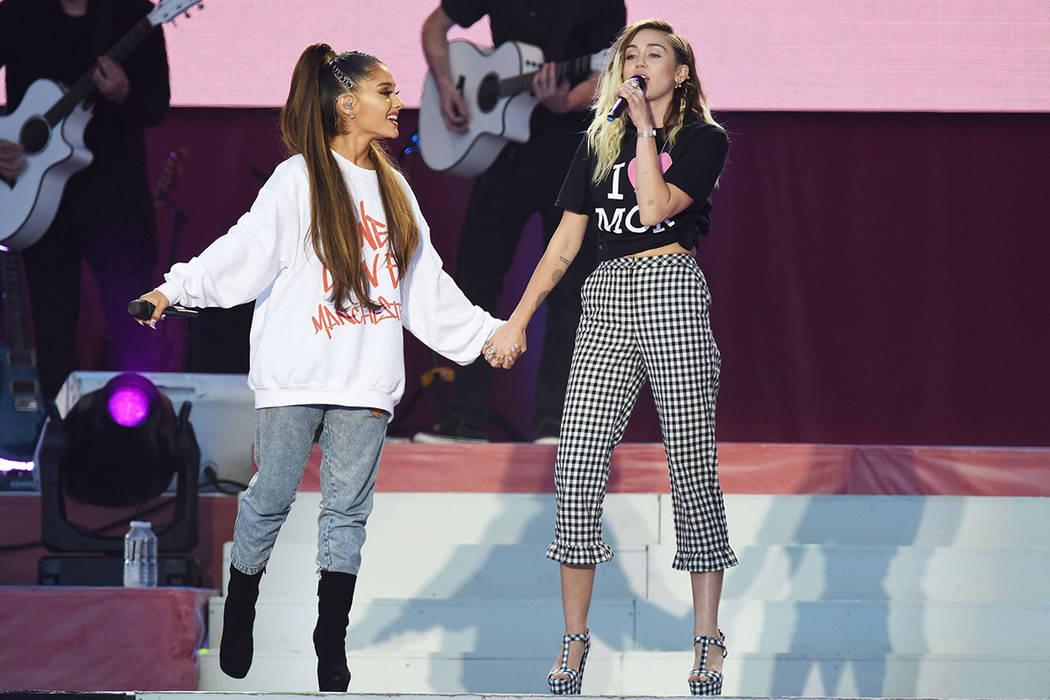 En este domingo, 4 de junio de 2017, una foto de Dave Hogan para One Love Manchester, las cantantes Ariana Grande, izquierda y Miley Cyrus se presentan en el concierto One Love Manchester en Manch ...