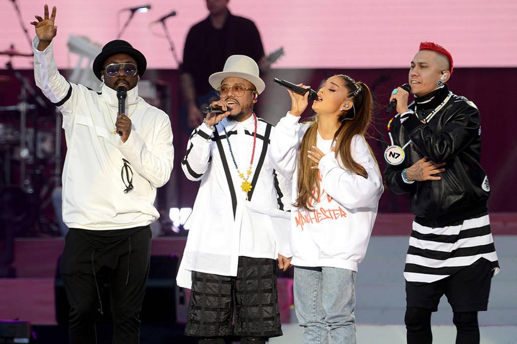En este domingo, 4 de junio de 2017, una foto de Dave Hogan para One Love Manchester, los cantantes will.i.am, desde la izquierda, apl.de.ap, Ariana Grande y Taboo se presentan en el One Love Manc ...