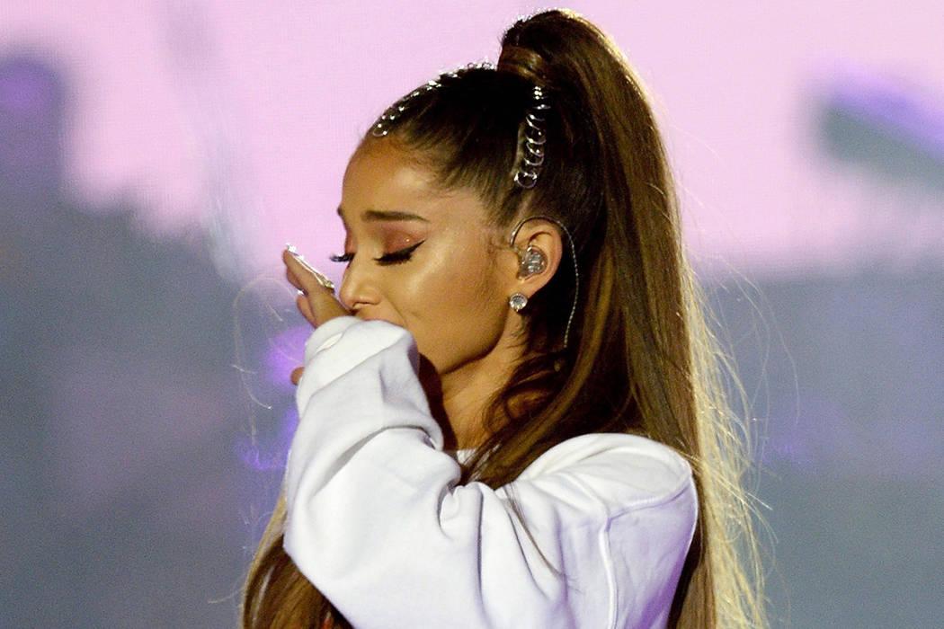 En este domingo, 4 de junio de 2017, foto de la entrega de Dave Hogan para One Love Manchester, la cantante Ariana Grande es vencido por la emoción en el concierto One Love Manchester tributo en  ...