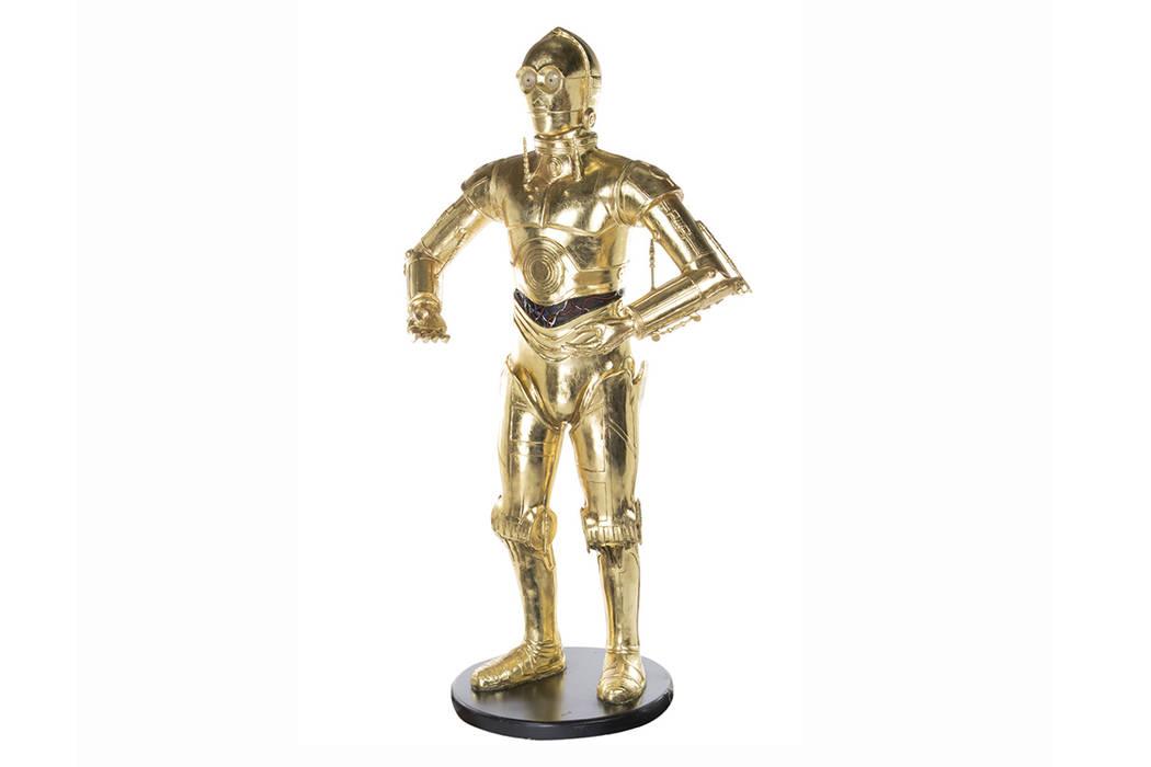 """Esta imagen editada por Profiles in History muestra un modelo de tamaño natural de C-3PO, de la franquicia """"Star Wars"""", perteneciente a la actriz Carrie Fisher. El artículo está entre muchas pe ..."""