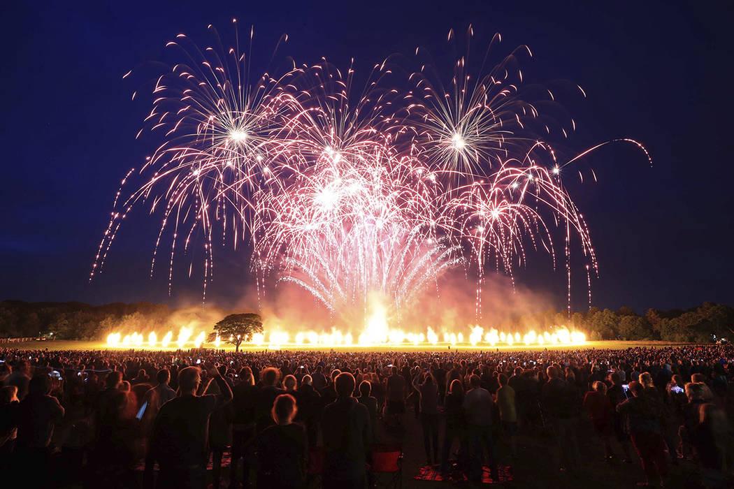 Fuegos artificiales durante el evento 'Suspended Time' de Lucy in the Sky en Camp Hill, Liverpool, Inglaterra, con motivo del 50 aniversario de la liberación del sargento. Pepper's Lonely Hearts  ...