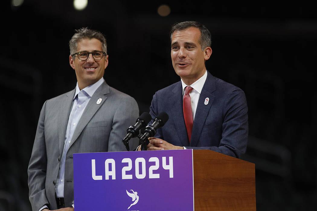 El alcalde de Los Angeles Eric Garcetti, a la derecha, habla mientras se une a Los Angeles 2024 el presidente Casey Wasserman durante una conferencia de prensa en Staples Center, el viernes 12 de  ...