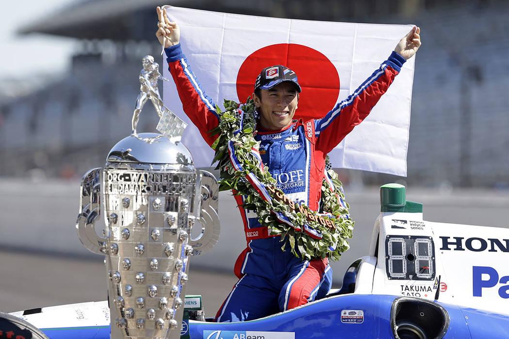 El campeón de Indianápolis 500 Takuma Sato, de Japón, posa con el Trofeo Borg-Warner durante la tradicional sesión de fotos ganadoras en la línea de salida / llegada en el Indianapolis Motor  ...