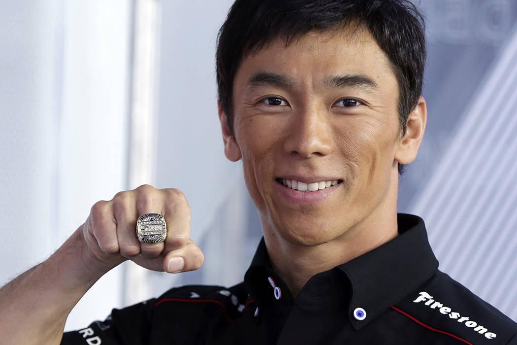 Takuma Sato, ganador del Indianapolis 500 de 2017, muestra su anillo de campeonato antes de tocar la campana de apertura en el Nasdaq MarketSite, en Times Square, en Nueva York, el martes 30 de ma ...