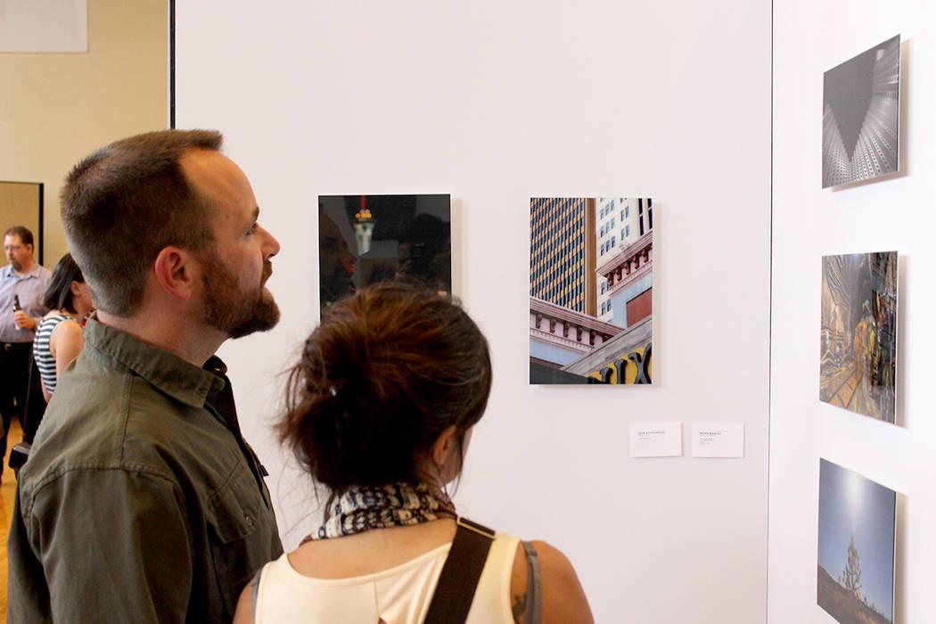 Los asistentes a la premiación apreciaron el material fotográfico de los participantes. | Foto El Tiempo/Cristian De la Rosa