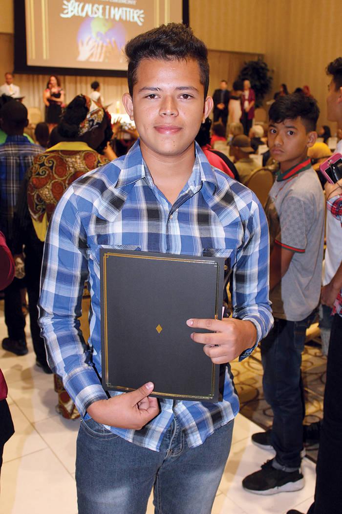 Christian Rigoberto de El Salvador, recibió su diploma de las clases de inglés como segunda lengua. La ceremonia de graduación de llevo a cabo en el Centro Internacional Paz y Educación el 24  ...