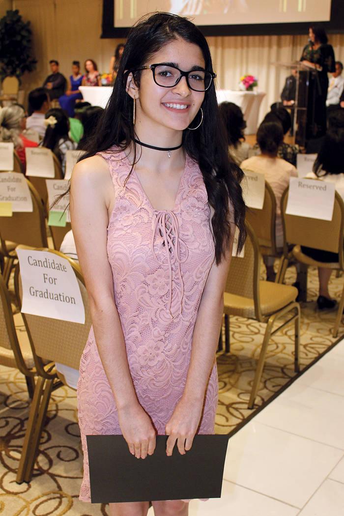 Laureen, de 17 años, lleva en Estados Unidos 18 meses y es originaria de Cuba. La ceremonia de graduación de llevo a cabo en el Centro Internacional Paz y Educación el 24 de mayo de 2017.   Fot ...