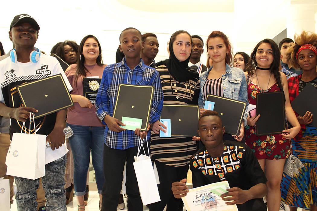 De varios países del mundo, los jóvenes convivieron en su ceremonia de graduación. La ceremonia de graduación de llevo a cabo en el Centro Internacional Paz y Educación el 24 de mayo de 2017. ...