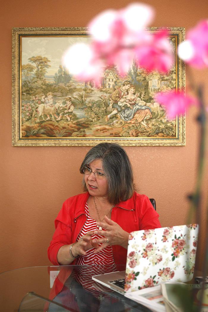 Terri Miller habla con el Review-Journal sobre la prevención del abuso sexual de los educadores en su casa el lunes 24 de abril de 2017, en Las Vegas. Miller es el presidente de SESAME, o Detener ...