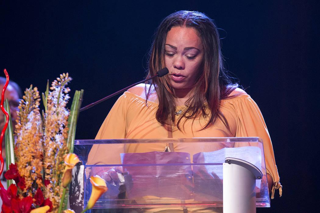 Roxanne Bruce, madre del graduado matriculado de la Escuela Secundaria Chaparral y atleta Richard Nelson, da un discurso después de que un premio fue nombrado después de su hijo durante el premi ...