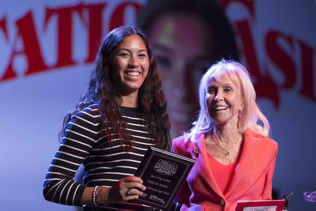 Tiarra Del Rosario de la Escuela Secundaria Cimarron-Memorial, a la izquierda, es presentada con el premio Jugador de Balón de Bandera del Año por Susan Spencer, ex gerente general de Filadelfia ...