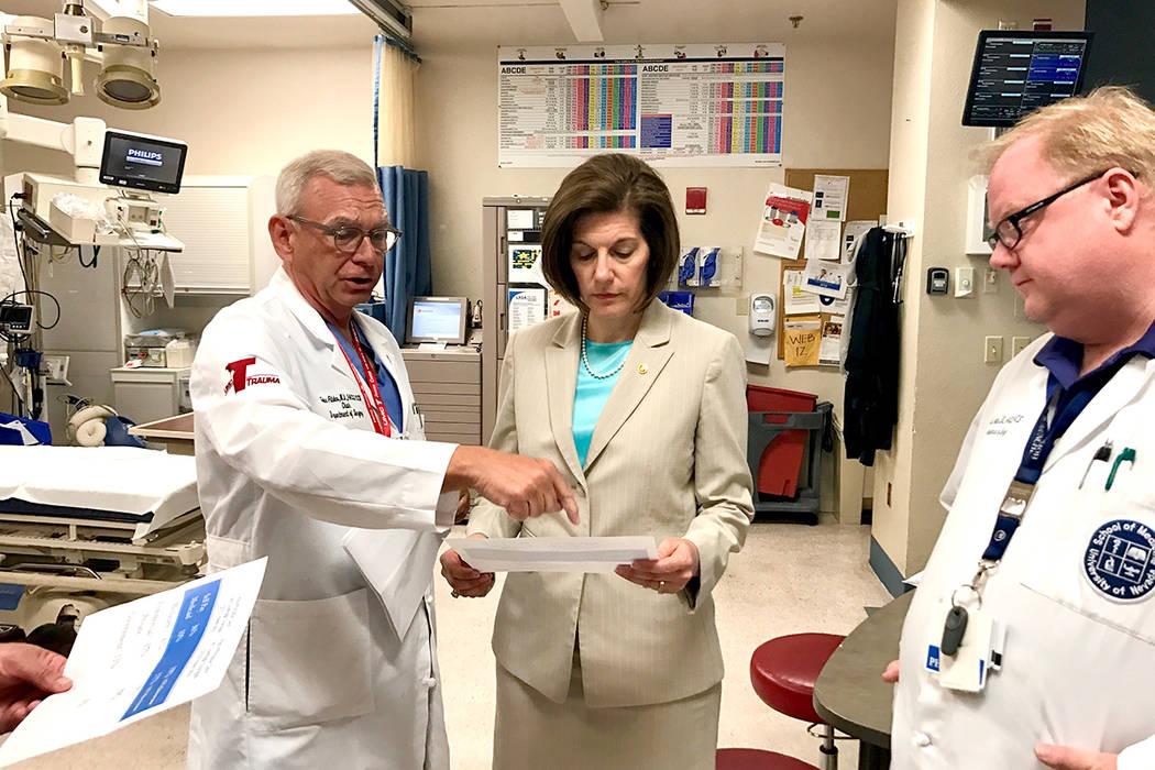 La senadora Cortez Masto visitó el hospital UMC, el cual diariamente atiende a personas que cuentan con un seguro médico asequible de ACA. Martes 30 de mayo en UMC. | Foto Cortesía.
