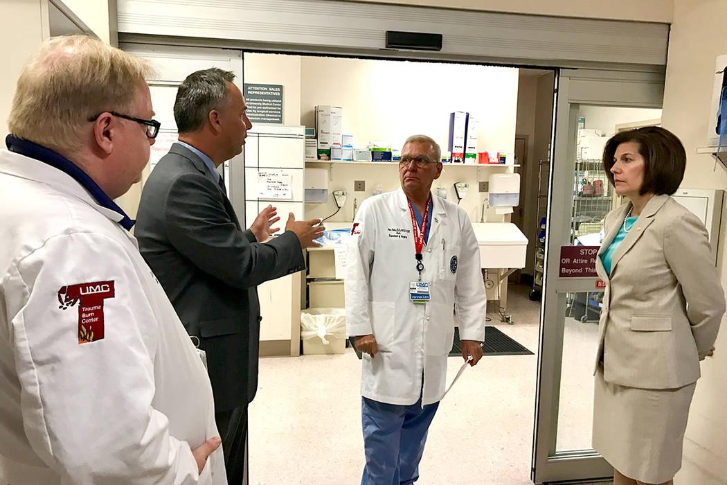 La senadora Cortez Masto visitó el hospital UMC, el cual diariamente atiende a personas que cuentan con un seguro médico asequible de ACA. Martes 30 de mayo en UMC.   Foto Cortesía.