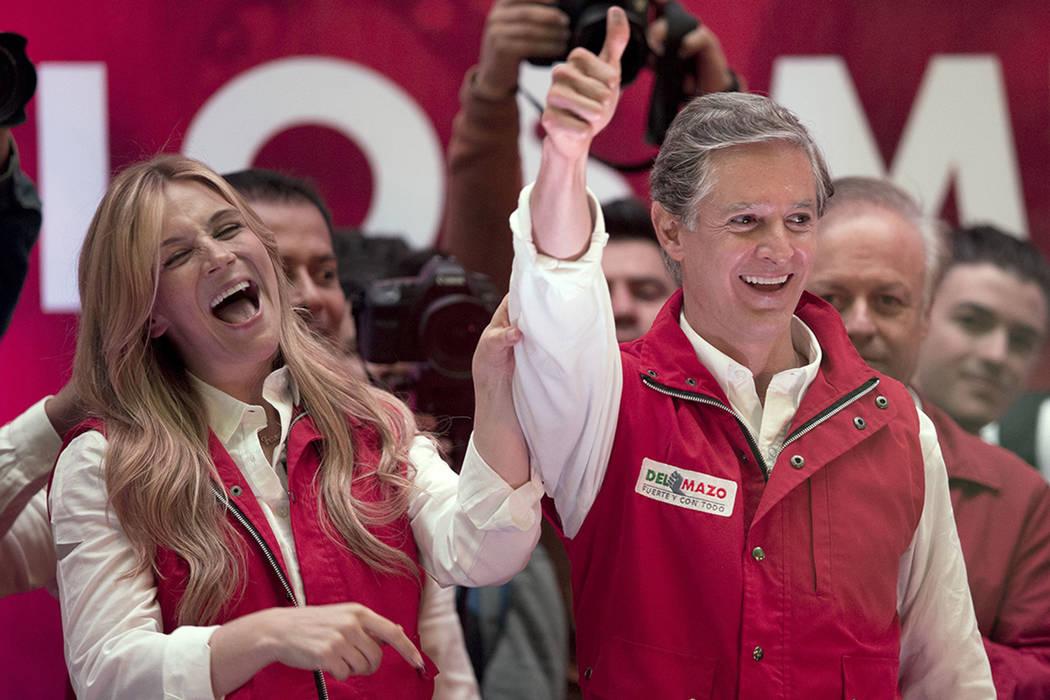 Alfredo Del Mazo, candidato gubernativo del estado mexicano al Partido Revolucionario Institucional (PRI), y su esposa Fernanda Castillo, saludan a los simpatizantes en la sede del partido en Tolu ...