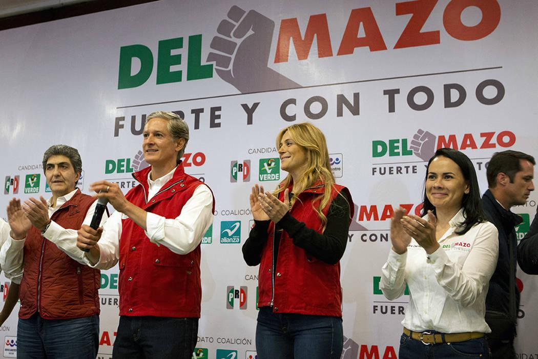 Alfredo Del Mazo, candidato a gobernador del Partido Revolucionario Institucional (PRI), se encuentra con su esposa Fernanda Castillo, centro derecha, y miembros de su equipo al dirigirse a la pre ...