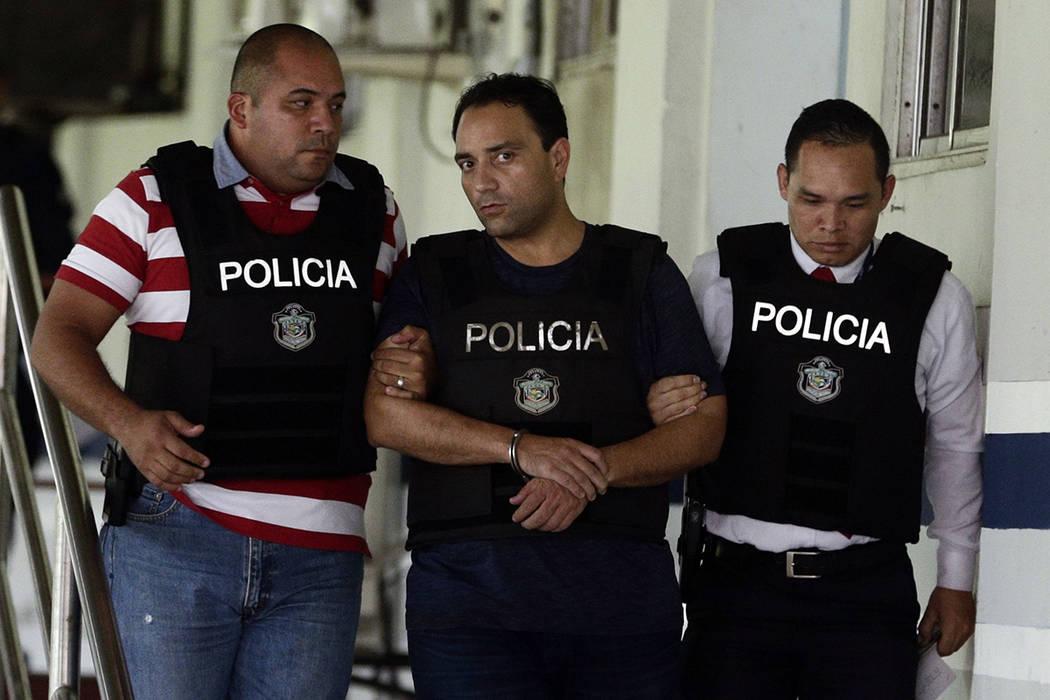Roberto Borge, gobernador de Quintana Roo de 2011 a 2016, es escoltado esposado por la policía en Ciudad de Panamá, el lunes 5 de junio de 2017. El ex gobernador fugitivo quería por presunta co ...