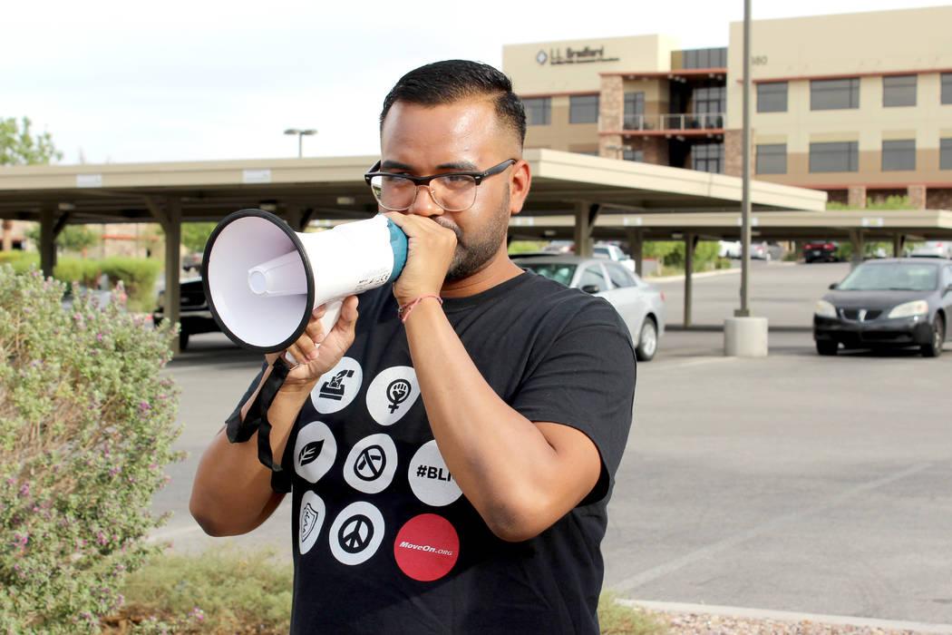 José Rivera de OFA Nevada, dijo que están en contra de la agenda de políticas de Trump, y vigilan la decisión que pudiera tener Heller con su voto. | Foto El Tiempo/Cristian De la Rosa.