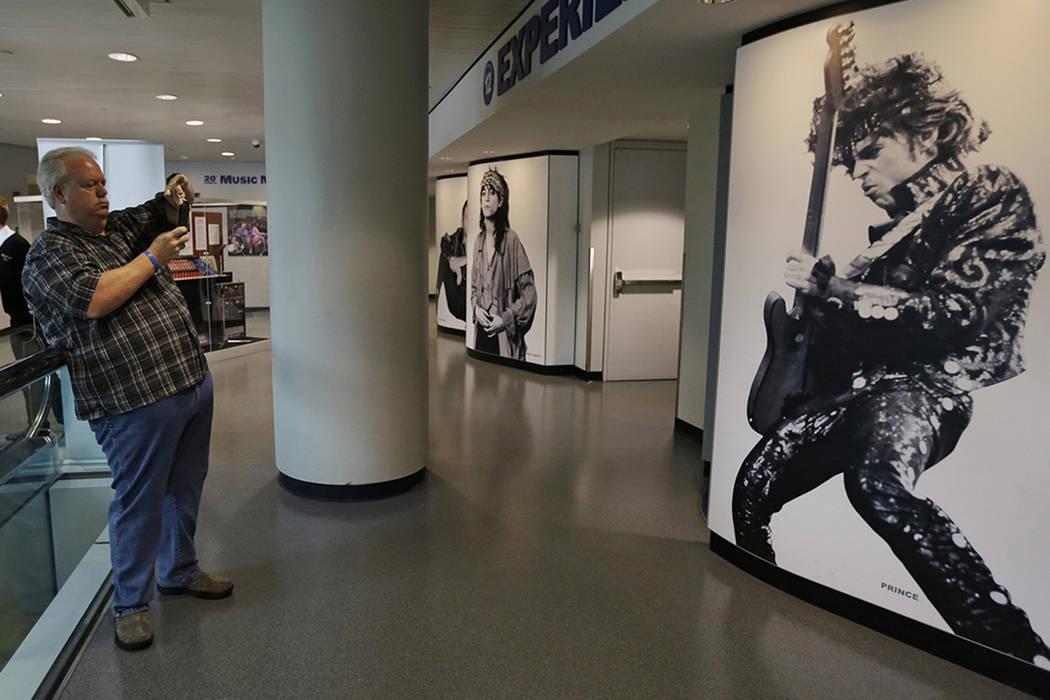 Miles Smith, de Houston, Texas, toma una foto de un mural de Prince en el Salón de la Fama y el Museo del Rock and Roll, el viernes 22 de abril de 2016, en Cleveland. La estrella del pop murió e ...