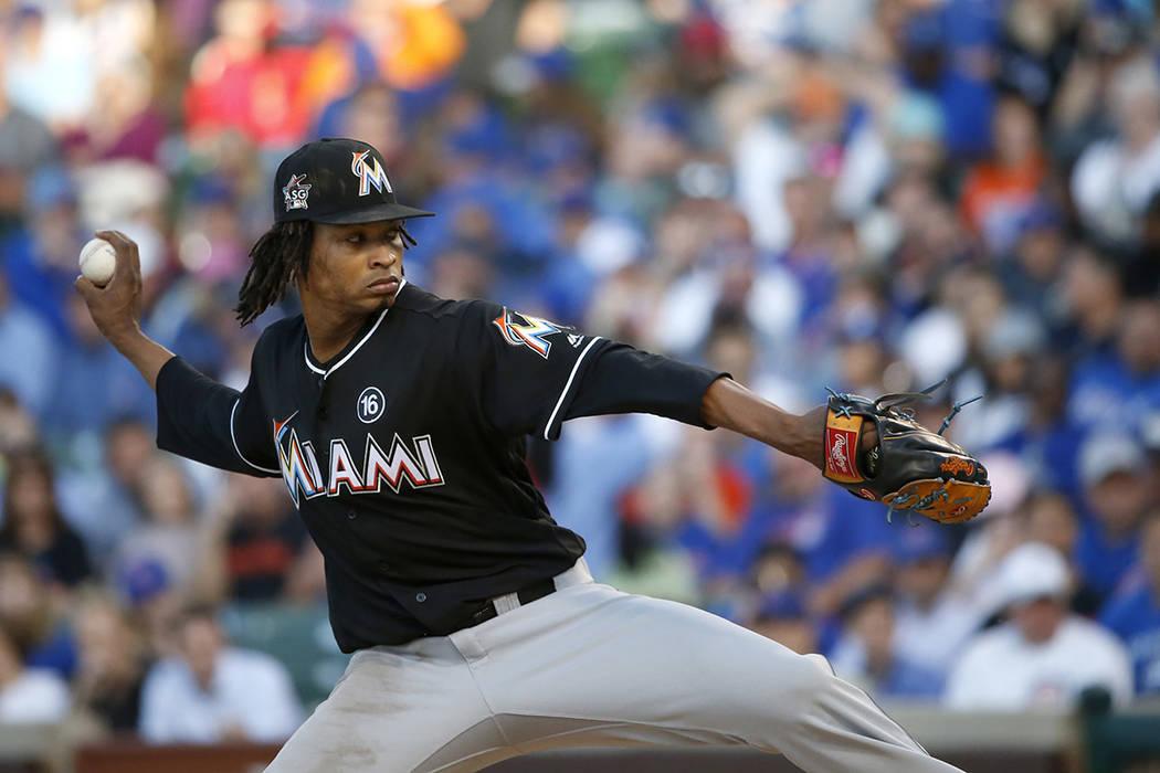 El lanzador titular de los Miami Marlins, José Urena, termina en la primera entrada del partido de béisbol del equipo contra los Cachorros de Chicago el miércoles 7 de junio de 2017 en Chicago. ...